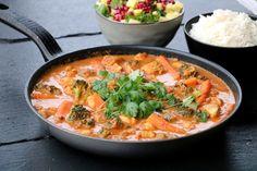 Tirsdager blitt en litt sånn fast dag med kjapp og enkel kvardagsmiddag i fokus. Stort sett så er det dette eg deler på tirsdager, og idag er ingen unntak 🙂 Indisk kyllingpanne på 25 minutt kan vell høyres fristande ut? Du trenger, ça 4 personer 650-750 g kyllingfilet 2-3 sjalottløk, grovhakka 1 kinesisk kvitløk, finhakka … Garam Masala, Couscous, Thai Red Curry, Quinoa, Nom Nom, Recipies, Ethnic Recipes, Food, Bulgur