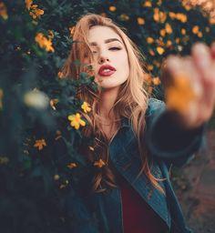 Ideas Photography Girl Portrait Photoshoot For 2019 Portrait Photography Poses, Tumblr Photography, Beauty Photography, Creative Photography, Digital Photography, Photography Flowers, Photography Ideas, Fashion Photography, Photography Lighting
