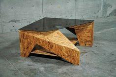 Mesa de centro: Esta pieza fue desarrollada pensando en que sea escultura con la función de una mesa, utilizando materiales contrastantes como el vidrio ahumado y la madera de aglomerado hacen que la pieza sea el punto de atención en la sala.    Dimensiones: 56 x 120 x 120 cm