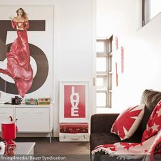 Stunning Rot Schwarz als Farbkonzept bestimmt den Look des Wohnzimmers Die Farben finden sich berall