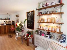 """Lieu : """"Sweet Cup Amsterdam"""" /// Adresse : Lange Leidsedwarsstraat 101, Amsterdam /// Horaires : Samedi 9-18h, Dimanche 11h-18h, Lundi 8h-18h /// Description : Sweet Cup is a cosy coffee bar in the heart of the touristy city center /// Importance : 6/10"""