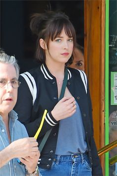 Dakota Johnson |.| sul set di How to be single - VanityFair.it