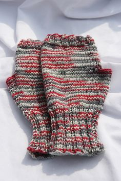 Make a pair of sock and these mittens with the leftovers. Fingerless Gloves Knitted, Knitted Slippers, Knit Mittens, Knitting Socks, Knitted Hats, Knitting Ideas, Free Knitting, Knitting Patterns, Crochet Patterns