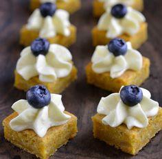 Dette er etter min mening Verdens beste gulrotkake! Denmå jo være litt sunn også, den er jo stappet med gulrøtter og toppet med blåbær! 😉 Jeg liker å servere den i små biter, da får man en helt perfekt blanding av krem, bær og kake og man kan spise akkurat så mange eller så få …