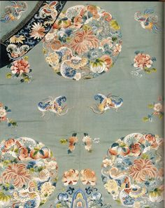Manchu woman's semi-formal robe (jifu), silk embroidery on twill weave silk, China, Qing dynasty, possibly reign of the Daoguang Emperor. Embroidery Patterns, Hand Embroidery, Art Chinois, Chinese Opera, Chinese Patterns, Chinese Embroidery, Creative Textiles, Chinese Design, China Art