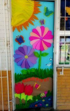 Puerta decorada del mes de marzo. Primavera