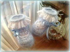 En lana, perlé y angora para bebé: Tutorial patucos bebé. Angora azul y perlé blanco. Knitting For Kids, Knitting Socks, Baby Knitting, Baby Booties, Baby Shoes, Crochet Slippers, Knit Crochet, Tambour Embroidery, Baby Layette
