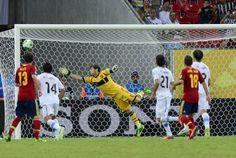 El portero español Iker Casillas se estira pero no consigue detener el tiro libre del uruguayo Luis Suárez