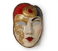 Volto oro rosso nero Maschera realizzata interamente a mano in cartapesta. Finemente decorata con stucco e colori acrili: ricca di particolari, con un contorno dal taglio originale e moderno, arricchita dalla tecnica ...