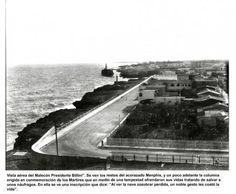 """Vista aérea del Malecón """"desde la Padre Billini"""". Se puede ver los restos del acorazado Memphis, y un poco adelante la columna erigida en conmemoración de los mártires que en medio de una tempestad ofrendaron sus vidas tratando de salvar a unos náufragos"""