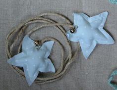 #Guirnalda de cuerda adornada con #estrellas y #cascabeles en los extremos