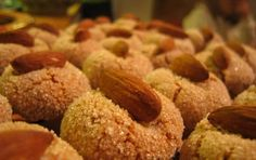 Amaretti sardi - Ecco la ricetta originale degli Amaretti sardi da preparare con mandorle e albumi. La particolarità della ricetta è nella presenza anche delle mandorle amare e nella totale assenza di farina. Decorate con zucchero e mandorle a piacere e cuocete molto lentamente questi biscotti sardi.