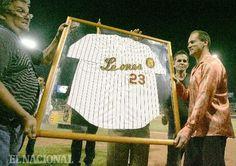 Homenaje de los Leones del Caracas al campo corto venezolano Omar Vizquel; retiran el número 23, el cual perteneció al jugador. Ceremonia realizada en el Estadio Universitario antes del juego con los Navegantes del Magallanes. Caracas, 22-11-2008 (NELSON CASTRO / EL NACIONAL)