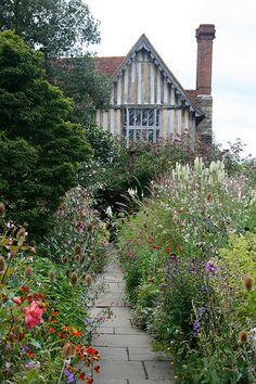 Love it, English Country Garden Great Dixter,East Sussex. English Country Gardens, English Countryside, East Sussex, Vita Sackville West, Cottage Garden Design, Exterior, Plantation, Gaudi, Cottage Style