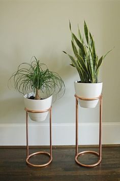 Copper home decor works with so many decoration styles: modern, rustic, minimal, and vintage. There are countless copper home decor DIYs you can easily put together using copper pipes from a hardware store! Check out these 30 copper home decor DIYs. Indoor Plant Shelves, Indoor Plants, Indoor Garden, Indoor Outdoor, Decoration Plante, Diy Plant Stand, Plant Stands, Design Blog, Design Ideas