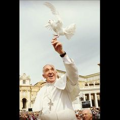 El papa Francisco liberó a dos palomas de una jaula, la cual fue obsequiada por parte de un miembro del público, mientras el santo padre recorría la Plaza de San Pedro.  FOTO: EFE