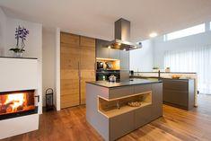 Moderne Küche mit Holz in Bad Ischl   Laserer Küchen Kitchen Pantry, New Kitchen, Kitchen Island, Kitchen Cabinets, Design Moderne, Cuisines Design, First Kitchen, Küchen Design