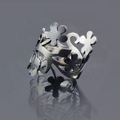 Esta mano anillo de plata esterlina fabricado cuenta mi diseño floral de la rama original que he cortado a mano con Sierra de mano de mi joyero. He oxidado el exterior y he dado el anillo de un acabado cepillado. Este es uno de mis diseños favoritos. Es hermoso en el dedo pero no muy cómodo ya que algunos de mis otros diseños del anillo debido a su forma amplia y asimétrica. Por su diseño delicado, es un anillo que debe usarse con cuidado.