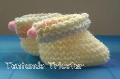 Este foi feito usando fio duplo da lã kiko nas cores 1001 e 9946, agulhas nº 5 e mini pompons para dar acabamento Este aqui embaixo usei lã... Knit Shoes, Crochet Baby Booties, Crochet For Kids, Baby Knitting, Charity, Baby Shoes, Slippers, Booty, Sewing
