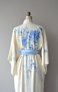 Vintage 1930s pale ivory silk kimono robe with blue embroidered chrsanthmums and…