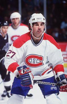 Mathieu Schneider : Défenseur offensif doté d'un excellent coup de patin et de l'un des plus puissants lancers frappés de la LNH, il a joué un total de six saisons dans l'uniforme du CH au cours desquelles il a été l'un des piliers de l'équipe. Le joueur originaire de New York a été repêché en 3e ronde, au 44e rang, par les Canadiens en 1987. Il s'est joint au grand club pour de bon en 1990 et a immédiatement eu un impact, inscrivant 30pts en 69 matchs, un sommet chez les défenseurs de… Montreal Canadiens, Hockey Teams, Ice Hockey, Hockey Posters, The Ch, National Hockey League, Baseball, Club, Sports