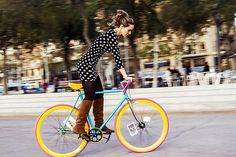 bikesandgirlsandmacsandstuff:    (via Vélo Vogue: Vogue Around the Globe - It's 2013!)    spots and fixie