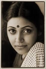 Deepti Naval (born 3 February is an acclaimed Indian actress who has worked in over 70 Hindi films. She has most often worked in arthouse and independent films, known as parallel cinema in India. Bollywood Cinema, Bollywood Photos, Bollywood Stars, Bollywood Actress, Bollywood Girls, Deepti Naval, Indian Star, Indian Face, Vintage Bollywood