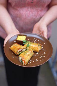 Flora Mikula dédie ce plat à son père, qui aimait tant la cuisine vietnamienne depuis ses campagnes en Indochine. La chef se souvient que son père l'emmenait au restaurant, découvrir cette cuisine au goût d'ailleurs.