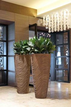 A lovely entrance for an office, hotel or restaurant two tall statement planters brimming over with lush greenery. They also provide the open space with some definition Interior Plants, Home Interior Design, Plant Design, Garden Design, Big Vases, Cement Pots, House Plants Decor, Modern Planters, Office Plants