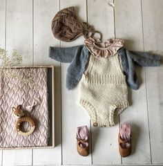 Ekspressromperen, Unique Clothing >> Handmade Bubble Rompers and Tops >> Boho Inspired >> Minimalist. Handgemachtes Baby, Baby Kind, Baby Love, Baby Outfits, Kids Outfits, Knitting For Kids, Baby Knitting, Baby Barn, Baby Wearing