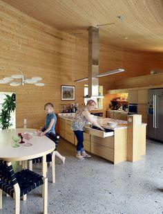 Keittiön saareke suunniteltiin niin, että astioita varten saatiin riittävästi säilytystilaa pyörä-tuolin tasolle. Lieden alla on tyhjä tila, niin että pyörätuolinkin kanssa mahtuu kokkailemaan.