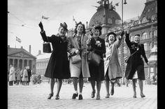Se Erik Petersens fabelagtige billeder af fem mørke år i Danmark. 5 glade piger på vej over Kongens Befrielsen. Nytorv den 5.maj 1945. - Politiken.dk