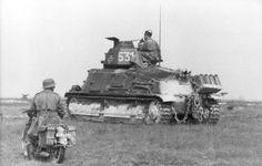 Frankreich 1941 - erbeuteter französischer Panzer Sumoa S-35 (Turmnummer 531) mit deutschen Kennzeichen; links Soldat auf Motorrad