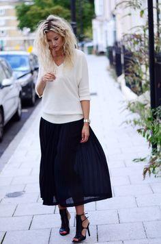 Jupe longue noire, pull léger blanc