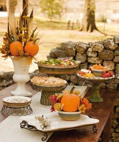 30 ideas for autumn table decoration with pumpkins for Thanksgiving The pumpkin is one of the symbols of the fall season. Hardly any autumn table decoration is conceivable without the sweet pumpkins or the decorative pumpkins. Outdoor Thanksgiving, Thanksgiving Table Settings, Thanksgiving Decorations, Thanksgiving Ideas, Halloween Decorations, Autumn Decorations, Thanksgiving Celebration, Thanksgiving Desserts, Fall Desserts