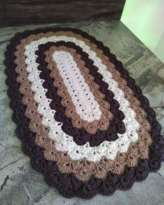 This Pin was discovered by Myra Roxana Murall - Knit & Share Crochet Mat, Crochet Carpet, Crochet Rug Patterns, Crochet Doilies, Free Crochet, Doily Rug, Diy Crafts Crochet, Crochet Home Decor, Crochet Projects