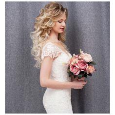 voluminous and soft curls / bridal hairstyles / bridal look / bouquet My Beauty, Huda Beauty, Beauty Makeup, Anastasia Brow, Soft Curls, Creative Hairstyles, Hair Videos, Bridal Looks, Kardashian
