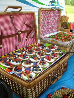 mini fruit pizzas in a picnic basket - love the picnic baskets as decoartive stands for food