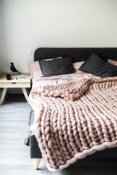 Dusty pink chunky knit yarn - how to crochet chunky blanket Big Yarn Blanket, Chunky Knit Throw Blanket, Pink Blanket, Blanket Chest, Vogue Knitting, Knitting Yarn, Chunky Knit Yarn, Chunky Wool, Best Bedroom Colors