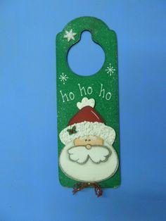 ADORNO PARA LA PUERTA EN MDF (MADEIRAS) macamno1@hotmail.com Christmas Ornaments To Make, Xmas Crafts, Winter Christmas, Wood Crafts, Christmas Decorations, Diy Crafts, Doorknob Hangers, Holiday Gifts, Holiday Decor