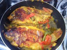Mojarras de mar asadas en vegetales   1 pimentón rojo  1 pimentón verde  1/2 libra de cebollino  2 dientes de ajo  Aceite de oliva  Sal al gusto