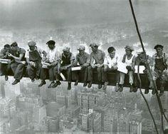 Esta foto fue tomada por Charles Ebbets en los años 30 en Nueva York durante la construccion del Rockefeller Centre.   Mas adelante sirvio para denunciar las malas condiciones laborales de la época.