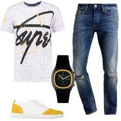 T-shirt con stampa in jersey, jeans a sigaretta con strappi, sneakers in fantasia bicolore, in canvas e pelle con effetto scamosciato, orologio nero con dettagli sul giallo. Un look perfetto per le vostre giornate fuori dall'ufficio.