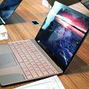 """Comparativa: ASUS ZenBook 3 vs. MacBook: ¿quién gana?  Cuando el ZenBook 3 vio la luz, el titular salió solo: """"más delgado, ligero y rápido que el MacBook"""". No podía ser de otra forma. Cada vez que un portátil ultradelgado sale a la palestra es inevitable compararlo con..."""
