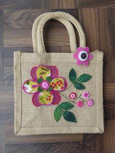 Itens semelhantes a Springtime Jute Lunch Bag na Etsy - Diy bolsa sacola Hessian Bags, Jute Bags, Jute Lunch Bags, Embroidery Bags, Etsy Embroidery, Diy Tote Bag, Patchwork Bags, Fabric Bags, Portfolio