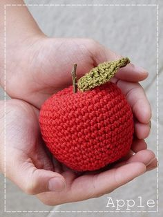 Kouzlo mého domova: Koulelo se koulelo ... Crochet Fruit, Crochet Toys, Knit Crochet, Amigurumi Doll, Fiber Art, Diy And Crafts, Crochet Earrings, Coin Purse, Weaving