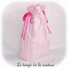 """SAC POCHON LINGERIE - Tons de rose, blanc et noir motif """"parisienne"""" - avec médaillon - FAIT MAIN."""