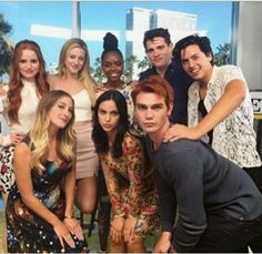 Riverdale Cast at Comic Con omg kjs face! Watch Riverdale, Riverdale Funny, Riverdale Cw, Riverdale Memes, Riverdale Aesthetic, Cole Sprouse, Betty Cooper, Cw Tv Series, Netflix Series