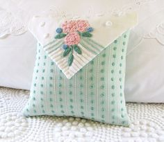 pillow cover Love Note vintage chenille via Etsy. Vintage Sewing, Vintage Embroidery, Vintage Lace, Hand Embroidery, Chenille Crafts, Ring Pillow Wedding, Wedding Ring, Cute Cushions, Chenille Bedspread