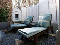 clôture blanche de jardin en bois avec terrasse